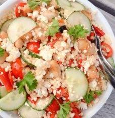 Parelcouscous met gegrilde paprika, cherrytomaten, limabonen, komkommer en feta