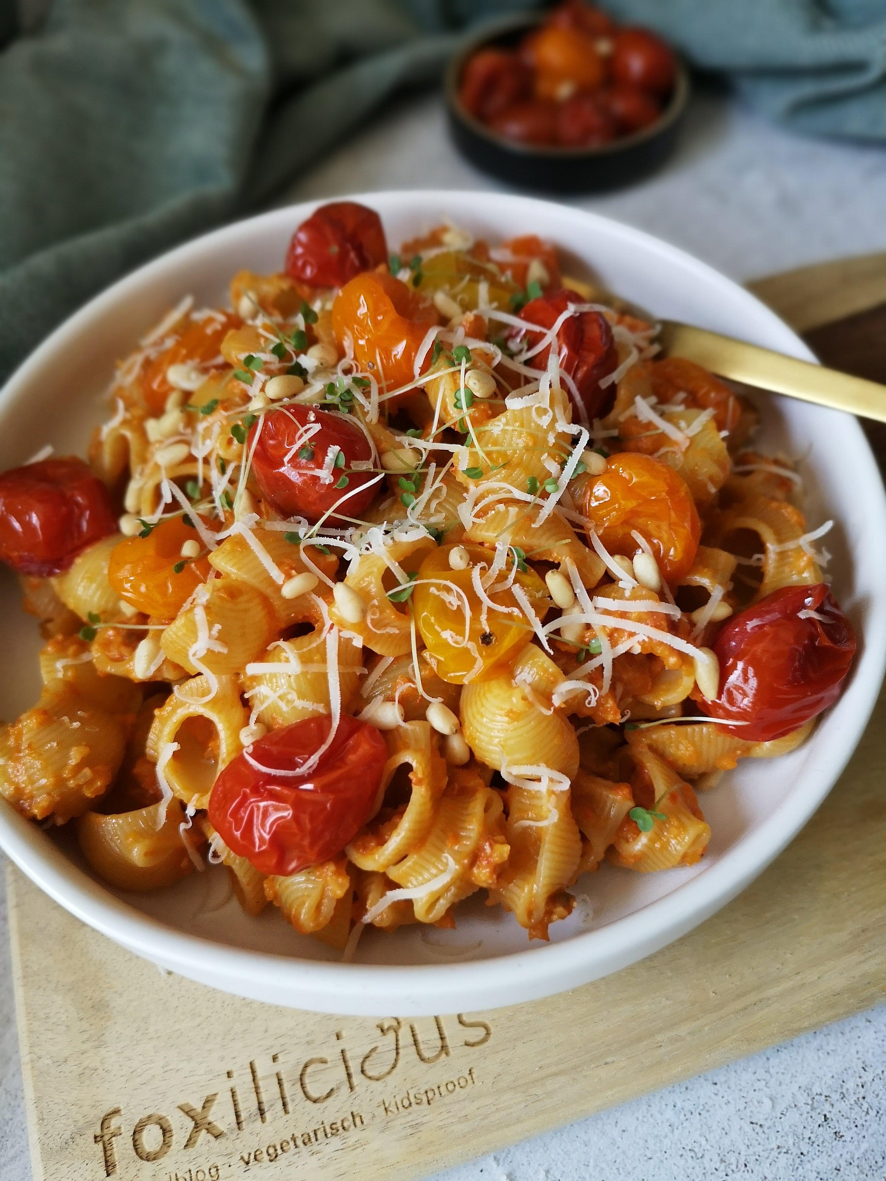 Pasta met zelfgemaakte rode pesto