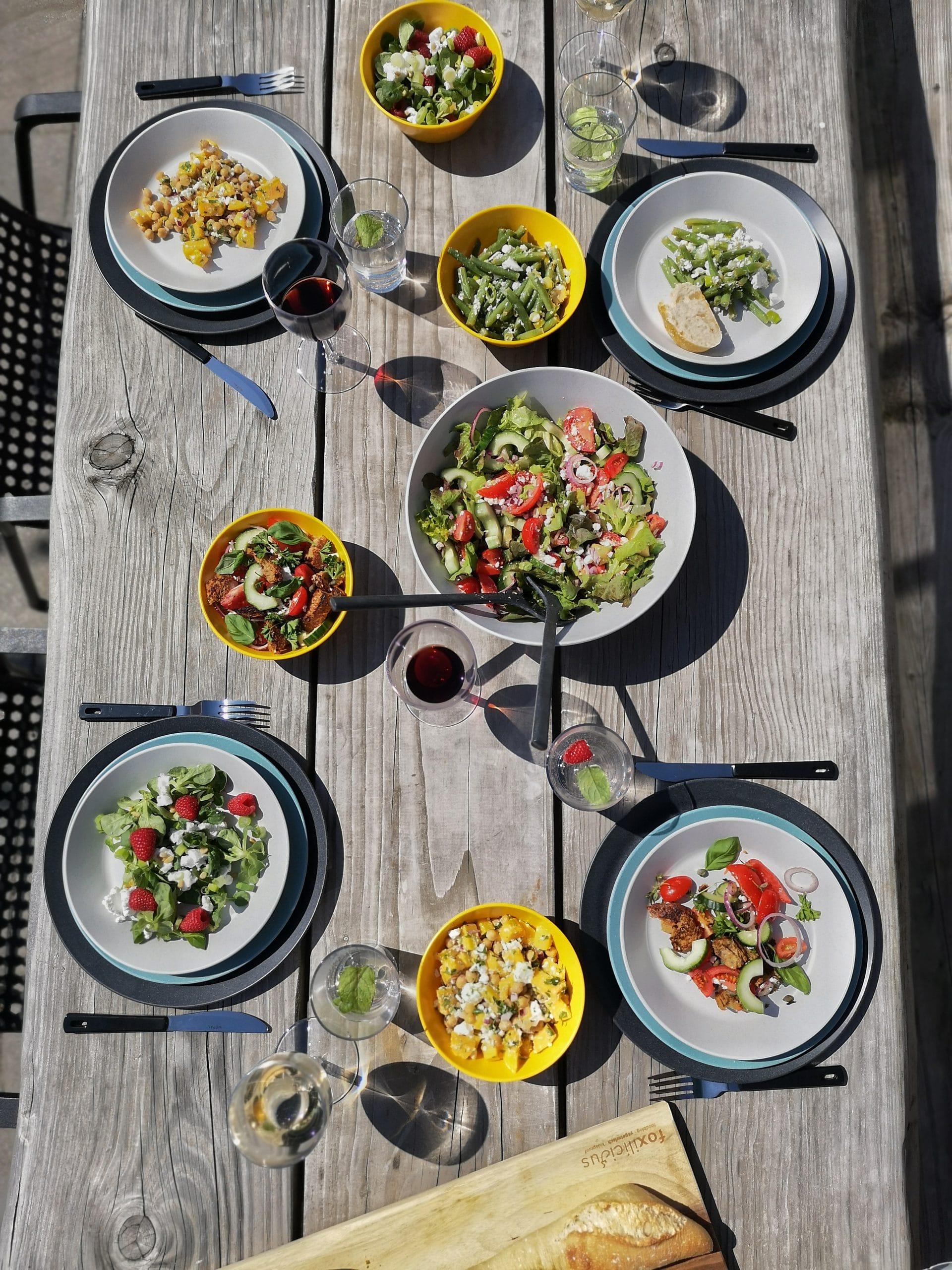 Tafel vol vegetarische salades