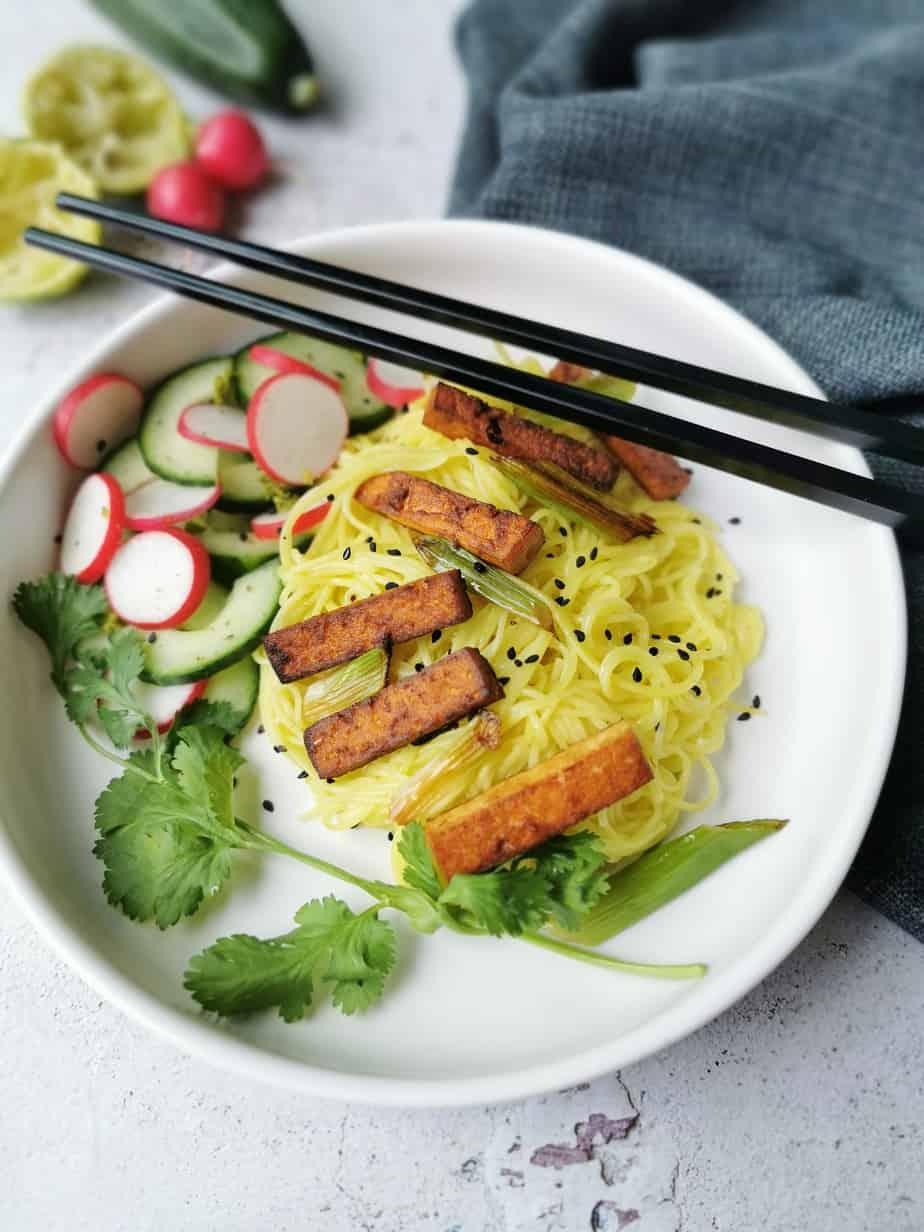 Vegetarisch aziatisch gerecht met limoen, tofu, radijs en komkommer