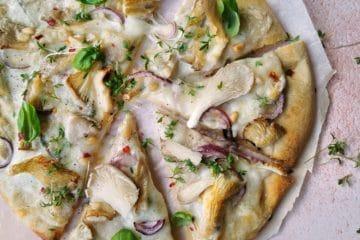 Vegetarische pizza met bloemkool bodem