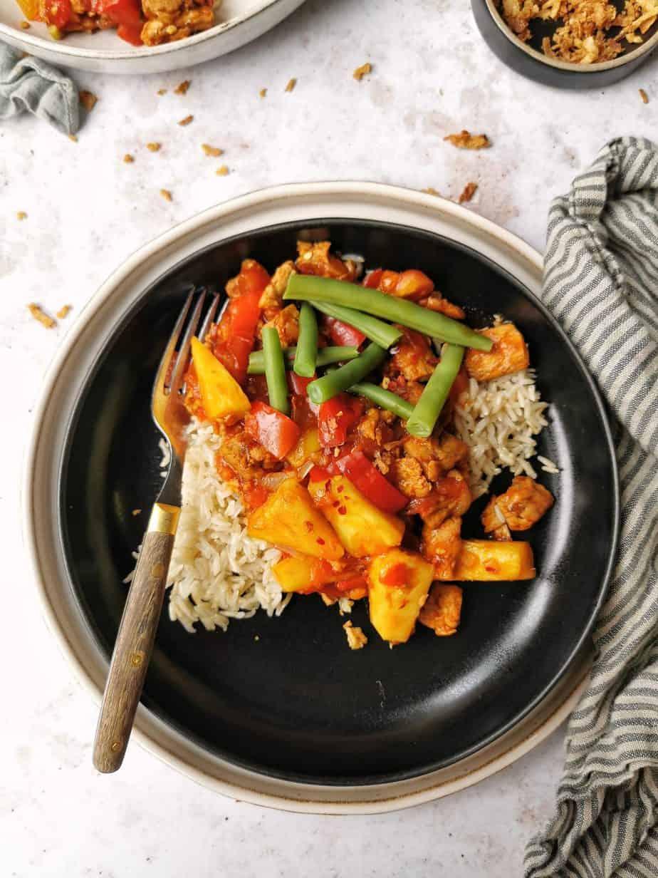Vegetarische rijst met zoetzure saus