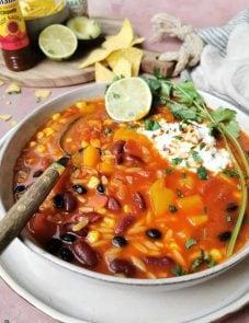 Vegetarische chilisoep met orzo